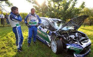 Petter Solberg et son co-pilote Chris Patterson après la sortie de route au Rallye de France, le 6 octobre 2012 à Epfig en Alsace.