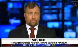 Ce 23 février 2017, la chaîne conservatrice Fox News a invité Nils Bildt à réagir aux attaques de Donald Trump sur la politique d'immigration locale. Problème, celui qui a été présenté comme un spécialiste suédois de la Défense ne vit plus au royaume depuis 1994.