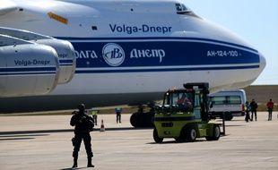 Un gendarme armé devant l'avion acheminant en France des millions de masques médicaux