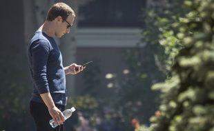 Mark Zuckerberg essayant peut-être de contacter les banques, à Sun Valley en juillet 2018.
