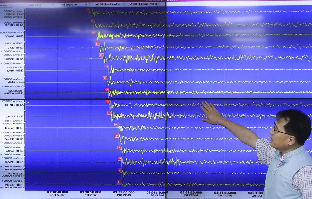 Un expert sud-coréen montre les ondes mesurées le 3 septembre lors de l'essai nucléaire de Pyongyang. – Lee Jin-man/AP/SIPA