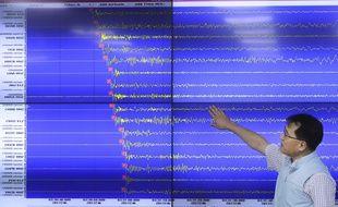 Un expert sud-coréen montre les ondes mesurées le 3 septembre lors de l'essai nucléaire de Pyongyang.