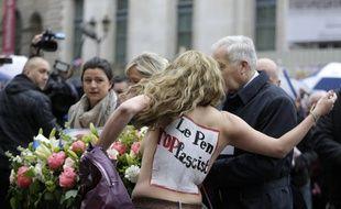 Une Femen évacuée par le service d'ordre du FN le 1er mai 2015.