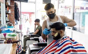 Après de longues hésitations, le Royaume-Uni décrète l'obligation du port du masque dans les magasins dès le 24 juillet, pour éviter une deuxième vague de l'épidémie de coronavirus.