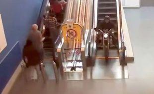 Un passage en moto par l'escalator.