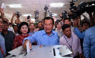 Hun Sen a bien voté, dimanche, dans un village à une quinzaine de kilomètres de la capitale, Phnom Penh.