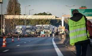 Le pont d'Aquitaine a été bloqué ce lundi matin à Bordeaux, par des gilets jaunes.