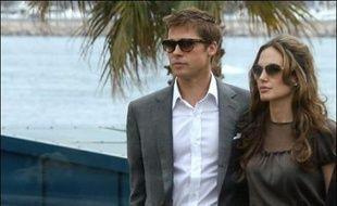 """Le couple star de Hollywood, Brad Pitt et Angelina Jolie, a livré un émouvant hymne à la famille et à l'amitié lors de la présentation, hors compétition, lundi à Cannes, du film """"Un coeur invaincu"""" qui évoque l'assassinat du journaliste Daniel Pearl en 2002."""