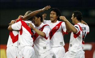 Le Pérou a pris la tête du groupe A de la Copa America en s'imposant largement (3-0) face à l'Uruguay, mardi à Barquisimeto (nord-est) lors de la première journée, profitant également du match nul (2-2) entre le pays hôte, le Venezuela, et la Bolivie.