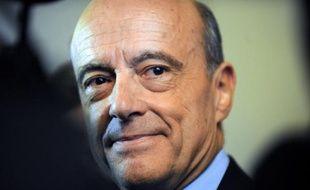 """Alain Juppé, maire de Bordeaux et nouveau numéro deux du gouvernement, s'est attaché à rassurer les Bordelais lundi, leur rappelant """"qu'entre Bordeaux et Paris, il n'y a que 50 minutes de vol"""" pour les convaincre qu'il parviendra très bien à cumuler les deux fonctions."""