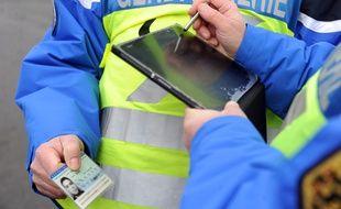 Utilisation d'une tablette équipé de NéoGend par les gendarmes lors d'un contrôle routier, le 26 janvier 2016, à Thun Leveque