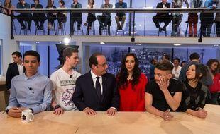 Le président de la République François Hollande avec des étudiants de Thiais sur le plateau de l'émission «Le Supplement» sur Canal+, le 19 avril 2015.