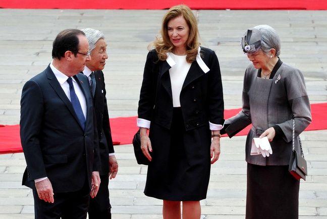 François Hollande et sa compagne Valérie Trierweiler avec l'empereur du Japon Akihito et l'impératrice Michiko, à Tokyo le 7 juin 2013.