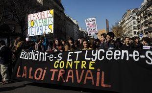 Les étudiants ont manifesté le 17 mars 2016 à Paris pour demander le retrait du projet de loi de réforme du droit du travail.