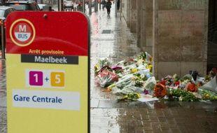 Des fleurs placées devant la station de Maelbeek  à Bruxelles, le 25 mars 2016