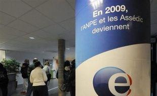 Pôle Emploi, l'organisme qui a remplacé en janvier l'ANPE et les Assedic, a d'autant plus de mal à faire face que son changement d'organisation est en cours.