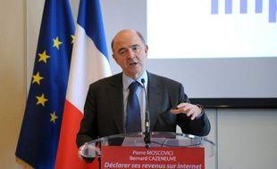 """Le ministre de l'Economie Pierre Moscovici a estimé que Jean-Louis Borloo était """"soumis à l'UMP"""" et """"perdu dans la même outrance"""", en réaction aux critiques du dirigeant centriste contre François Hollande dans Le Parisien dimanche."""