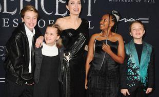 L'actrice Angelina Jolie entourée de quatre de ses six enfants (de gauche à droite): Shiloh, Vivienne, Zahara et Knox Jolie-Pitt