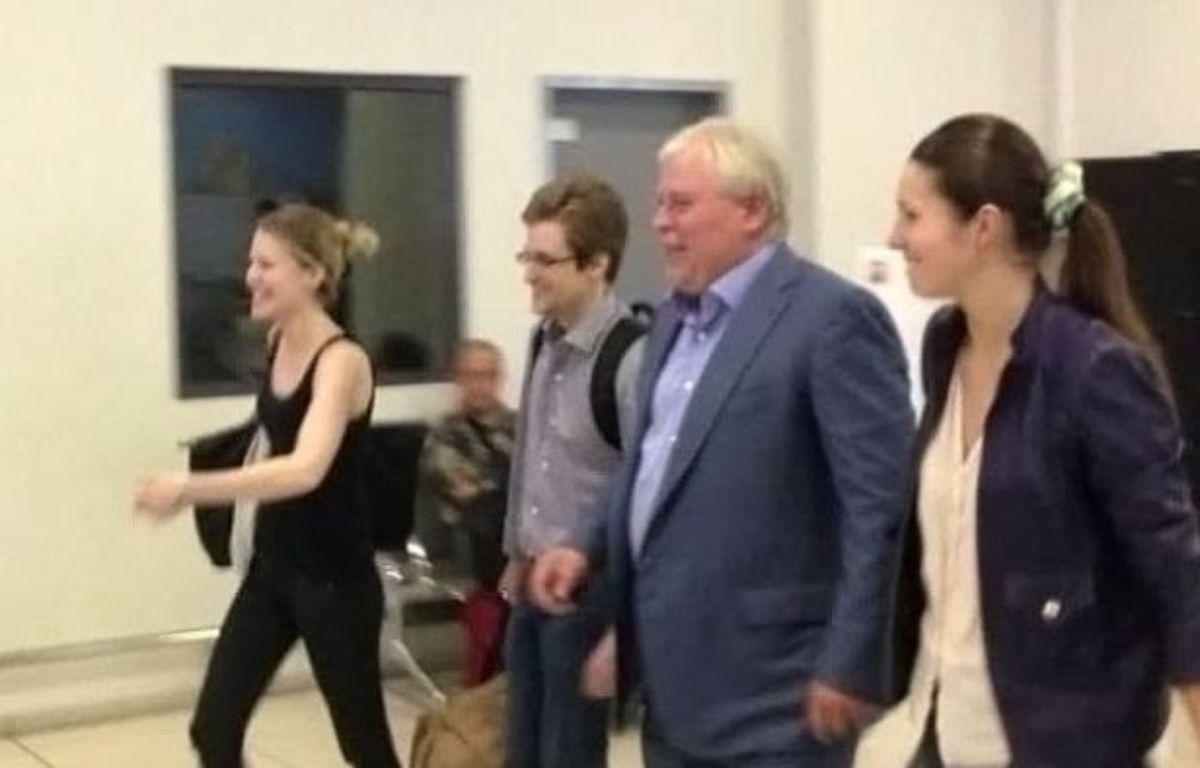 Edward Snowden quitte l'aéroport de Moscou, le 1er août 2013. – LIFENEWS.RU