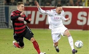 Jonathan Schmid à la lutte avec Franck Ribéry en février. Le Fribourgeois récupérera le short et le maillot du Bavarois.