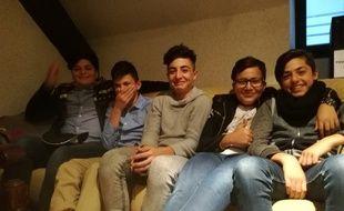 Saad, Fanar, Noor, Rody et Shaba (de gauche à droite) sont tous de jeunes demandeurs d'asile irakiens scolarisés à Strasbourg.