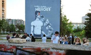"""Inauguration d'une peinture murale, """"la plus grande au monde"""", en mémoire de la légende britannique du rock, David Bowie, le 28 mai 2016 à Sarajevo"""