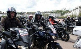 """Les motards, qui en ont """"ras le casque"""", étaient plusieurs milliers à défiler en France, comme ici à Lyon, le 16 avril 2016, contre le contrôle technique obligatoire des deux roues à la revente"""