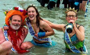 Environ 500 personnes se sont jetées déguisées dans la mer du Nord pour le traditionnel «bain des givrés» de Malo-les-Bains (Nord) pour fêter le passage en 2017.