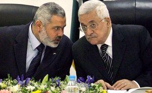 Le Premier ministre palestinien et leader du Hamas, Ismael Haniyeh (à gauche) et le président de l'autorité palestinienne Mahmoud Abbas, leader du Fatah (à droite)