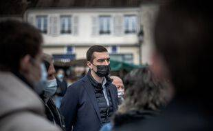 Campagne électorale de Jordan Bardella (Rassemblement National) dans les Yvelines, sur le marche de la petite ville rurale de Maule.