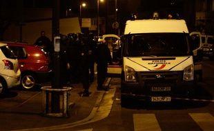 Les policiers derrière le périmètre de sécurité qui entoure le domicile de Mohamed Merah, le 21 mars 2012, à Toulouse.