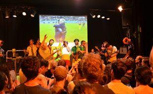 L'émotion de DD, un groupe de jazz reprenant Annie Cordy et des commentateurs sans filtre: la soirée du Footoir Public a dépoté mardi à Lyon.