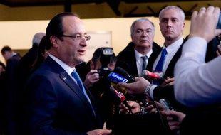 """François Hollande a admis vendredi que l'inversion de la courbe du chômage """"amorcée"""" en octobre restait à """"confirmer"""", mais une reprise durable de l'emploi sans regain de croissance semble hors de portée."""