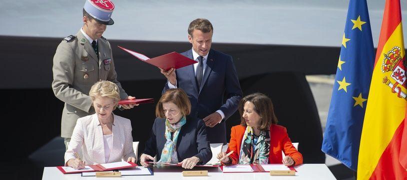 Emmanuel Macron assiste à la signature de l'accord-cadre entre Ursula von der Leyen, Florence Parly et Margarita Robles, le 17 juin au Salon du Bourget.