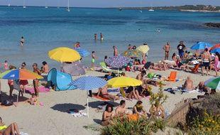 Une plage de Sardaigne prise d'assaut par des vacanciers - Illustration