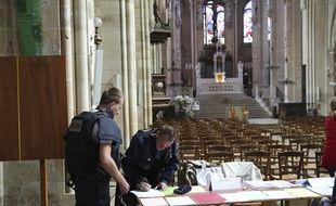 Des policiers dans l'église Saint-Leu, à Paris, le 17 septembre 2016.