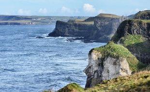 Sur la côte d'Antrim, le géant Finn McCool semble toujours regarder en direction de l'Écosse. Sa fameuse Chaussée n'est qu'à quelques kilomètres de là.