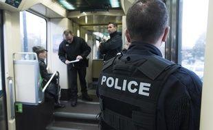 Forces de l'ordre et agents de la tam dans un tramway à Nantes
