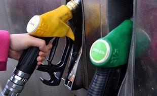 """Jean-Marc Ayrault, conseiller spécial du candidat socialiste François Hollande, a accusé lundi Nicolas Sarkozy de n'avoir """"rien à proposer"""" pour contrecarrer le renchérissement de l'essence, alors qu'un blocage des prix des carburants """"est parfaitement possible""""."""