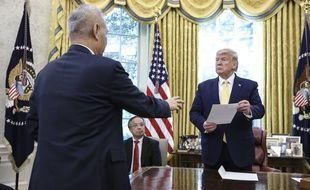 Le vice-Premier ministre chinois, Liu He (de dos) et Donald Trump à la Maison-Blanche le 11 octobre 2019.