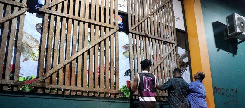 A Suva, sécurisation d'un magasin avant l'arrivé de Yasa, le 16 décembre 2020.