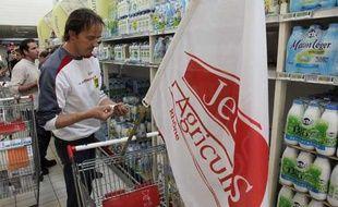 Des producteurs de lait en colère au Carrefour de Givors (Rhone) le 28 mai 2009.