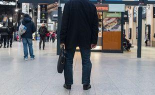 Un usager des transports en commun gare Saint-Lazare à Paris, le 22 mars 2018, jour de grève des cheminots.