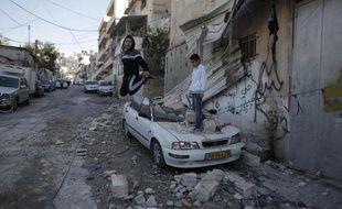Des enfants jouent devant la maison détruite par une explosion à Jérusalem-Est le 19 novembre 2014
