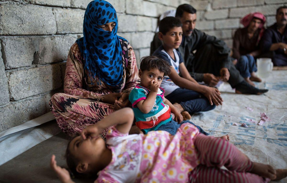 Des enfants dans l'est de Mossoul vivent là en attendant que leur maison soit accessible. – Laurence Geai/SIPA