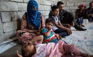 Des enfants dans l'est de Mossoul vivent là en attendant que leur maison soit accessible.