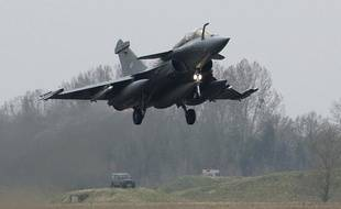 Un avion de combat français Rafale décolle de la base de Saint-Dizier le 19 mars 2011.
