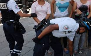 Des policiers contrôlent un groupe de pickpockets présumés (illustration).