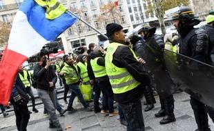 """Des """"gilets jaunes"""" font face à des CRS sur les Champs-Elysées"""