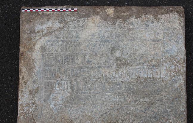 La plaque épitaphe retrouvée lors des fouilles de la place Saint Sernin à Toulouse.